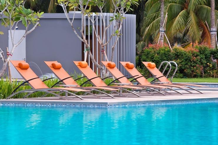"""""""La firma belga de muebles de exterior Royal Botania ha sido la elegida por el Hotel W Singapore – Sentosa Cave para la decoración de sus exteriores."""" El gran hotel W Singapore SINGAPORE SENTOSA5"""