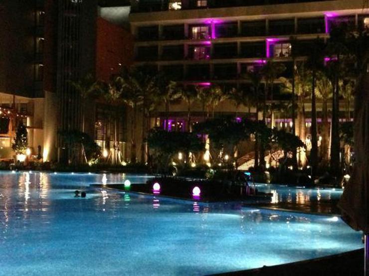 """""""La firma belga de muebles de exterior Royal Botania ha sido la elegida por el Hotel W Singapore – Sentosa Cave para la decoración de sus exteriores.""""  El gran hotel W Singapore w singapore sentosa cove"""