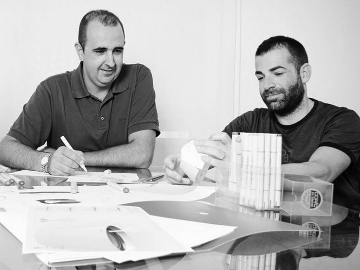 """""""Alegre Industrial Studio es un estudio de diseño industrial ubicado en Sueca, Valencia y fue fundado en el año 2000 por Marcelo Alegre. El equipo el compuesto por Marcelo el mismo y por el diseñador industrial Andrés Baldoví, pero tienen un extenso listado de colaboradores externos""""  Alegre Industrial Studio Alegre industrial studio"""