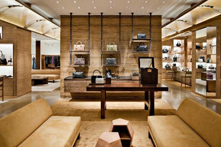 """""""La marca española Loewe, uno de los proveedores de artículos de piel de lujo más antiguos en el mundo""""  Loewe loewe valencia"""