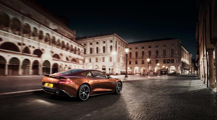 """""""Con el nuevo Vanquish, Aston Martin, marca inglesa que acaba de cumplir 100 años, entrega la comodidad que toda persona busca en un vehículo de lujo, pero le agrega la velocidad y modernidad propias de un súper deportivo."""" Marcas de Lujo: Nuevo Vanquish, Aston Martin 21"""