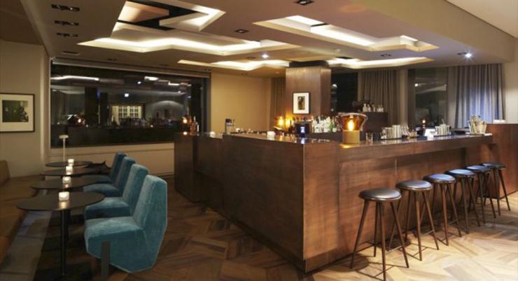 """""""A través de la arquitectura, el diseño y la gastronomía, el hotel Das Stue en Berlín ofrece una experiencia única que conquista todos los sentidos.""""  El hotel de Patricia Urquiola bar 1 2 0 e1361046671985"""
