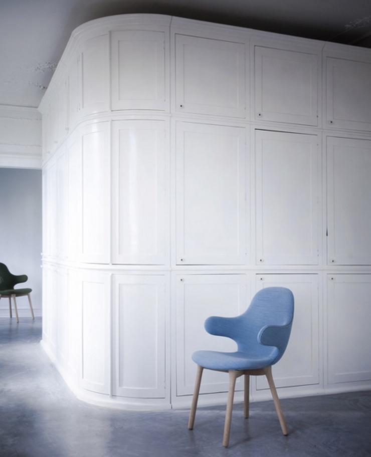 """""""El diseñador español Jaime Hayón ha creado para la marca danesa &tradition una silla con brazos que se extienden desde el alto respaldo como una invitación a sentarse""""  La Silla Catch de Jaime Hayón silla catch 3"""