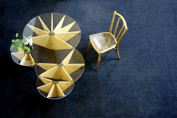 """""""Apoyado en las estructuras geométricas que dibujan los nenúfares, el diseñador español con sede en Chile Ignacio Hornillos, busca, en su abstracción y regulación, el diseño de una mesa actual mediante inspiraciones naturales."""" Mesa Lily 13"""