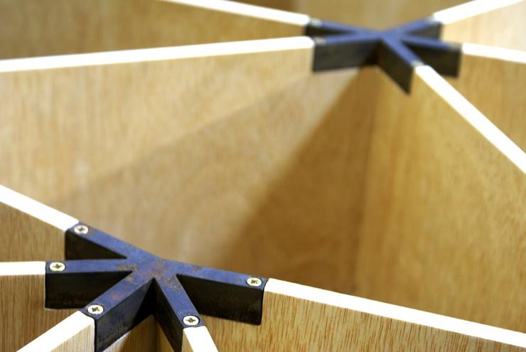 """""""Apoyado en las estructuras geométricas que dibujan los nenúfares, el diseñador español con sede en Chile Ignacio Hornillos, busca, en su abstracción y regulación, el diseño de una mesa actual mediante inspiraciones naturales."""" Mesa Lily 23"""