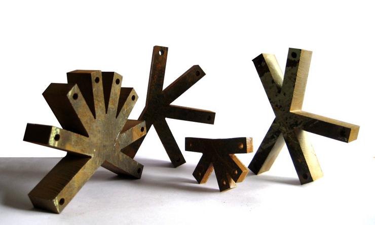 """""""Apoyado en las estructuras geométricas que dibujan los nenúfares, el diseñador español con sede en Chile Ignacio Hornillos, busca, en su abstracción y regulación, el diseño de una mesa actual mediante inspiraciones naturales."""" Mesa Lily 33"""