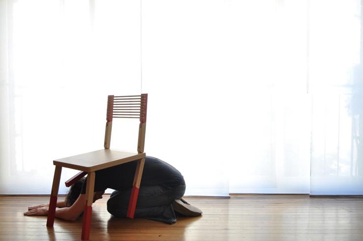 """""""La Silla Viva, del arquitecto Guillermo Cameron Mac Lean, nace para ser actriz. La pieza consta de articulaciones en sus patas y respaldo, pudiendo plegarse para ser utilizada en diferentes posiciones.""""  Silla Viva 44"""