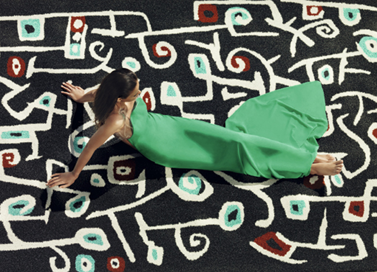 """""""Toda su colección viene firmada por los más importante diseñadores nacionales e internacionales. Sin ir más lejos, ¿reconocéis las flores garabateadas de esta alfombra?""""  Alfombras de diseño para el exterior 13"""