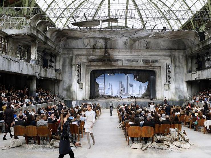 """""""Chanel quería impresionar y lo logró... como siempre. El Grand Palais de París fue la sede para mostrar prendas de organza, lentejuela y tul de seda con destellos en plata y cristal. Así es la mujer Chanel para el otoño-invierno 2013-2014.""""  Chanel celebra la Alta Costura 15"""
