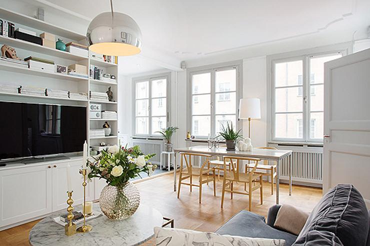 """""""Los diseños con nombre y apellido se mezclan con piezas de estilos diferentes, y el resultado es un decoración moderna."""" Cómo decorar un apartamento en blanco con muebles de diseño 218"""