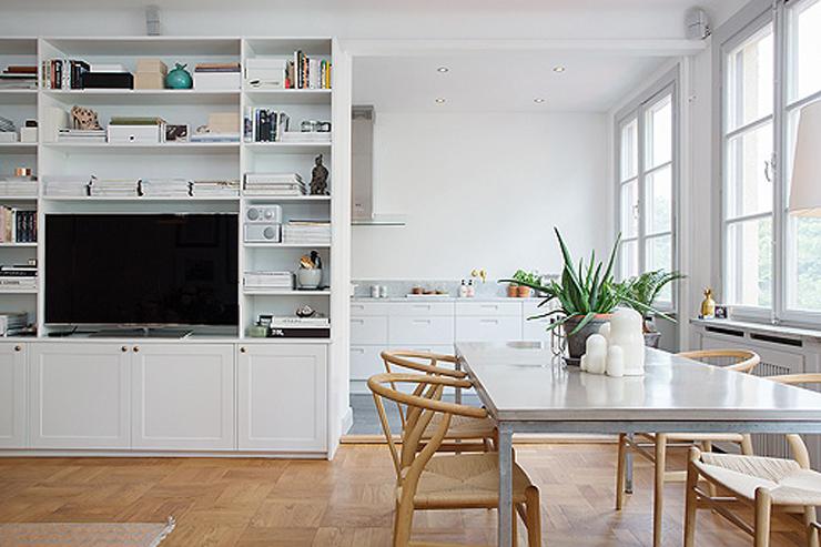 """""""Los diseños con nombre y apellido se mezclan con piezas de estilos diferentes, y el resultado es un decoración moderna."""" Cómo decorar un apartamento en blanco con muebles de diseño 315"""
