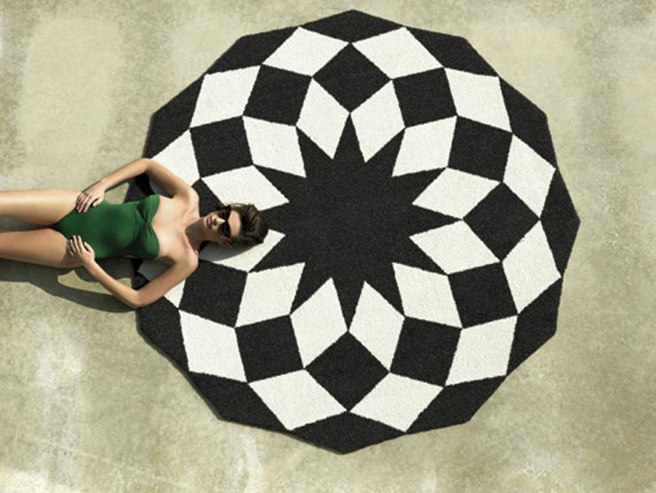 """""""Toda su colección viene firmada por los más importante diseñadores nacionales e internacionales. Sin ir más lejos, ¿reconocéis las flores garabateadas de esta alfombra?""""  Alfombras de diseño para el exterior 32"""