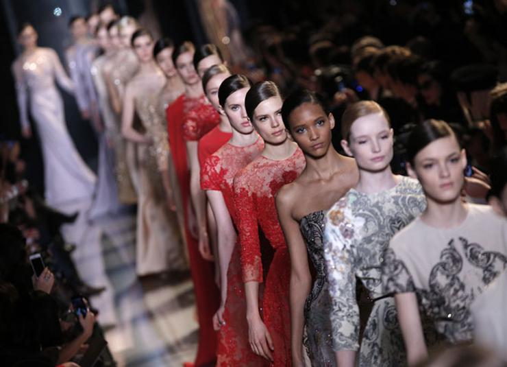 """""""El diseñador libanés ha presentado en París su colección Alta Costura para la próxima Primavera-Verano 2013 y como siempre, su muestra ha sido fascinante gracias a los espectaculares vestidos joya que sólo él sabe crear.""""  El desfile de Elie Saab en Paris 41"""
