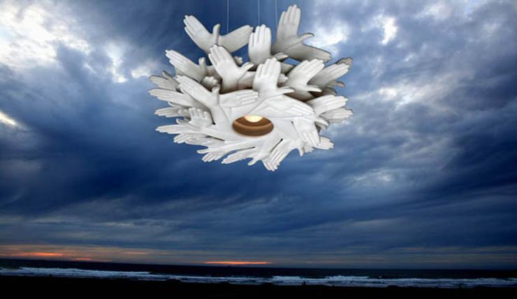 """""""Esta curiosa y poética lámpara tiene un nombre no menos curioso y original: Bird in Hand (pájaro en mano, en español)."""" Ideas para Decorar: Lámpara hecha con """"manos"""" 112"""