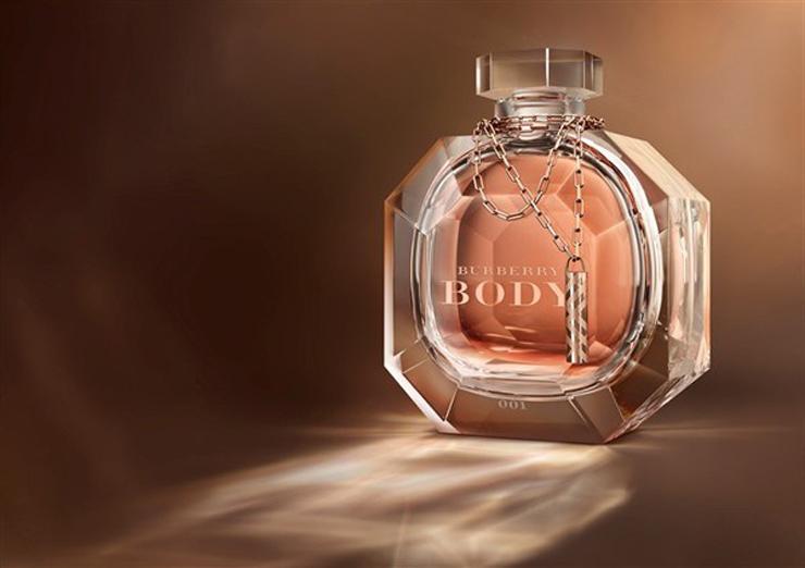 """""""El espíritu de Burberry nunca ha sido más glamoroso y extravagante que ahora.""""  La Edición Limitada Burberry Body Crystal Baccarat  129"""