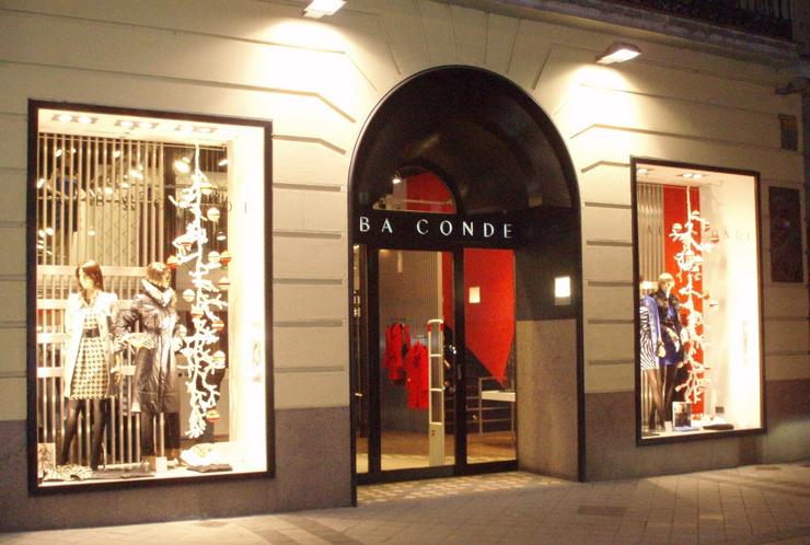"""""""Confecciones Esquio, S.A., con sede en La Coruña, inició su actividad en el año 1990 con la firma Alaba Conde, y desde el año 2002 también con la marca AC – Alba Conde.""""  Marcas de Lujo: La marca de moda Alba Conde 131"""