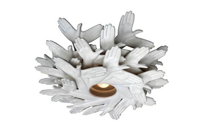 """""""Esta curiosa y poética lámpara tiene un nombre no menos curioso y original: Bird in Hand (pájaro en mano, en español)."""" Ideas para Decorar: Lámpara hecha con """"manos"""" 213"""