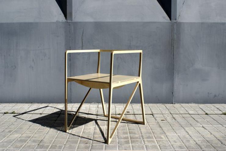 """""""Creada por el diseñador español Ignacio Hornillos, la silla está construida únicamente con madera contrachapada.""""  Silla Brace de Ignacio Hornillos Design Studio 36"""