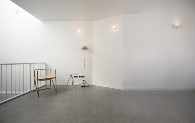 """""""Creada por el diseñador español Ignacio Hornillos, la silla está construida únicamente con madera contrachapada.""""  Silla Brace de Ignacio Hornillos Design Studio 42"""