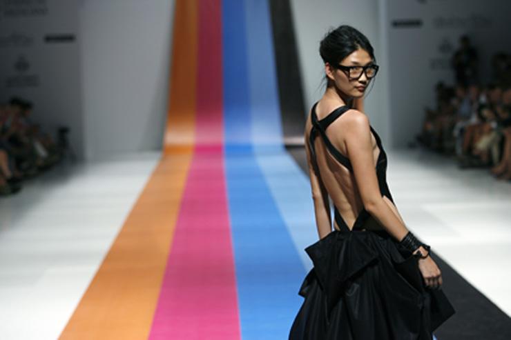 """""""El diseñador de moda femenina Alex Vidal se formó en diseño y patronaje en la Escuela Guerrero de Barcelona."""" El diseñador de moda femenina Alex Vidal 21"""