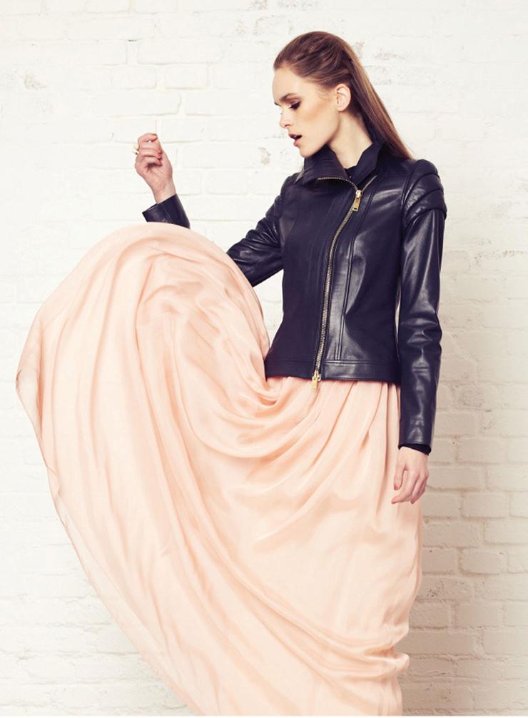 """""""El diseñador de moda femenina Alex Vidal se formó en diseño y patronaje en la Escuela Guerrero de Barcelona.""""  El diseñador de moda femenina Alex Vidal 3"""
