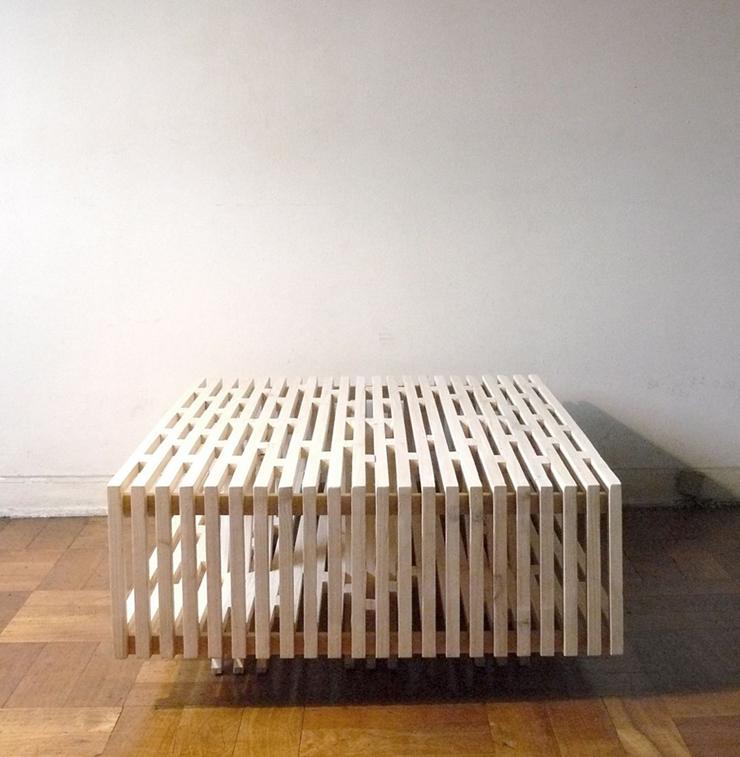 """""""El arquitecto chileno Sebastián Erazo ha creado esta mesa de centro, la cual está fabricada en madera de Pino.""""  Ideas para decorar: Mesa de Centro A de Sebastián Erazo 33"""