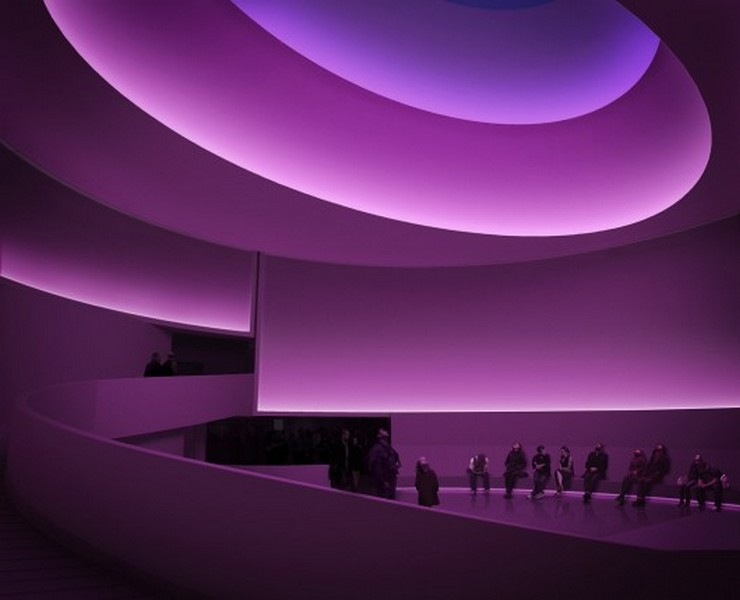 """""""Con su primera exposición en un Museo de Nueva York desde 1980, James Turrell transformará dramaticamente las sinuosas curvas del Museo Guggenheim.""""  Museo Guggenheim de Frank Lloyd Wright se transforma temporalmente bajo la intervención de Turrell 115"""