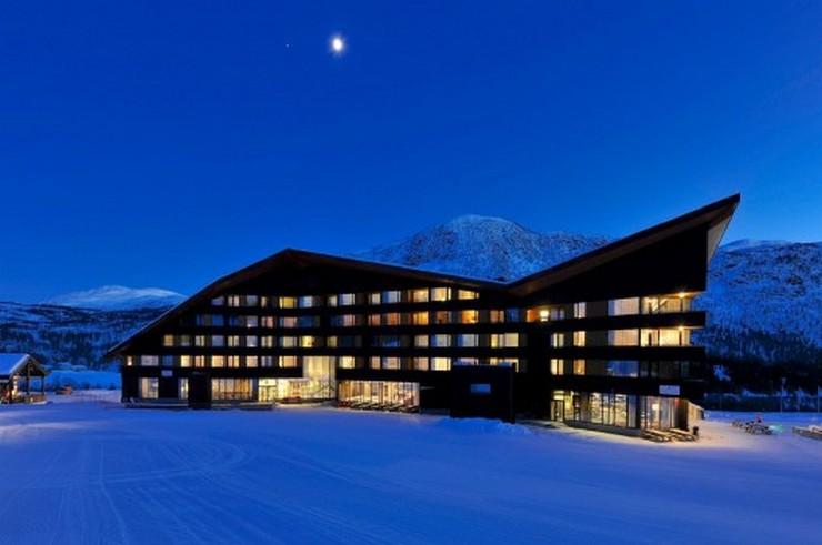 """""""En el 2008 JVA ganó el concurso para el nuevo plan maestro de Myrkdalen, una estación de esquí cerca de Voss. El hotel Myrkdalen es el primer proyecto del plan maestro que se realiza.""""  Proyectos de Arquitectura: Hotel Myrkdalen de JVA 17"""