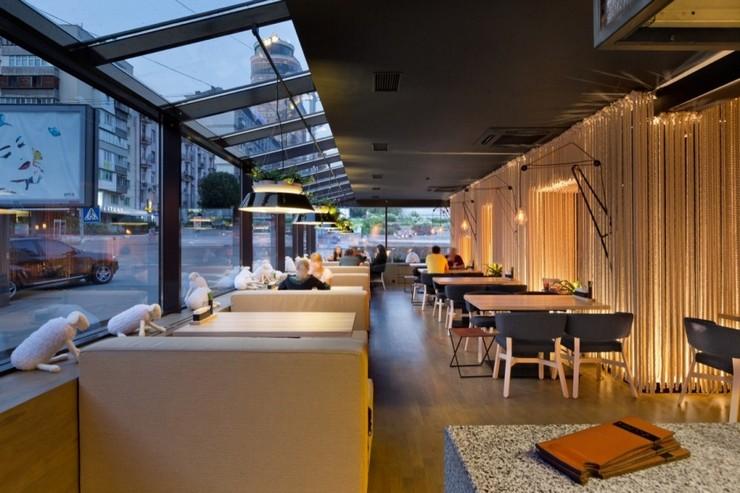 """""""Odessa invita a sus huéspedes en un formato completamente nuevo.""""  Decoración de Interiores: Restaurant Odessa de YOD Design Lab 210"""