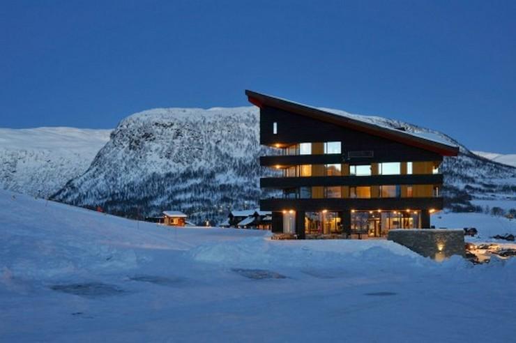 """""""En el 2008 JVA ganó el concurso para el nuevo plan maestro de Myrkdalen, una estación de esquí cerca de Voss. El hotel Myrkdalen es el primer proyecto del plan maestro que se realiza.""""  Proyectos de Arquitectura: Hotel Myrkdalen de JVA 26"""