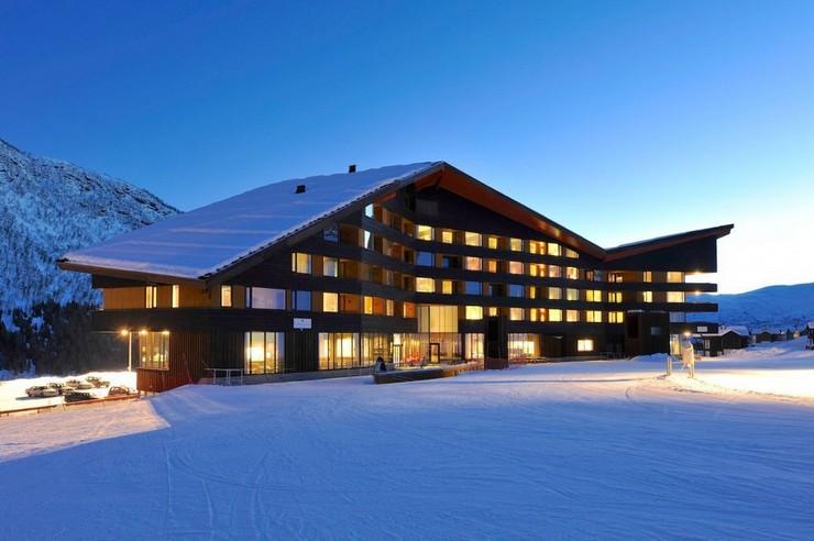 """""""En el 2008 JVA ganó el concurso para el nuevo plan maestro de Myrkdalen, una estación de esquí cerca de Voss. El hotel Myrkdalen es el primer proyecto del plan maestro que se realiza.""""  Proyectos de Arquitectura: Hotel Myrkdalen de JVA 36"""