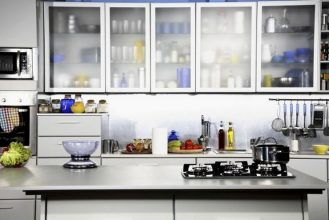 """""""Las cocinas pequeñas pueden ser tan cómodas, funcionales y parecer tan grandes como deseamos""""  Grandes Ideas para Decorar Cocinas Pequeñas. cocina puertas cristal 3"""