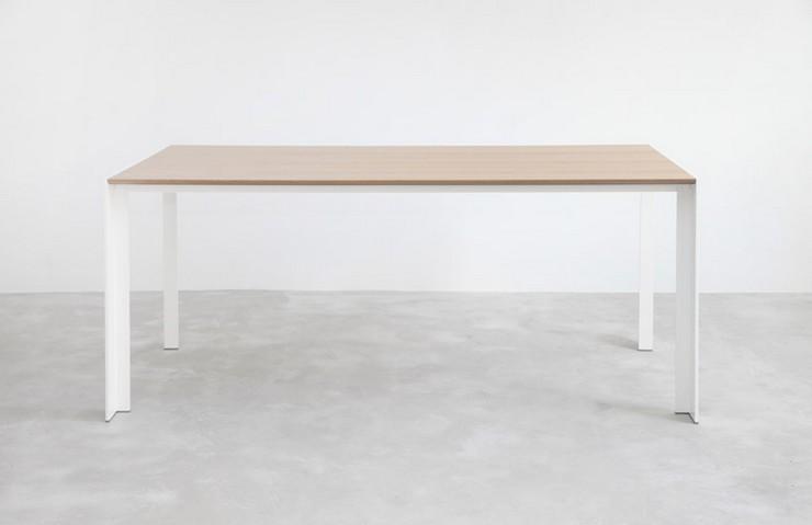 """""""La mesa Deneb de Stua celebra sus materiales en la forma más pura, combinando una estructura sobria y austera con el sobre de vidrio.""""  Ideas para decorar: Mesa Deneb de Stua Mesa deneb Stua 2"""