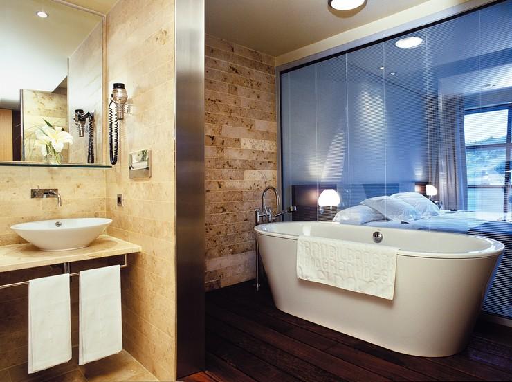 """""""El Hotel Silken Gran Domine Bilbao situado en la ciudad vasca Bilbao, ofrece un refugio cálido y confortable, ideal para parejas o viajes de negocio.""""  Diseño y vanguardia frente al museo Guggenheim silken gran domine bilbao 2"""