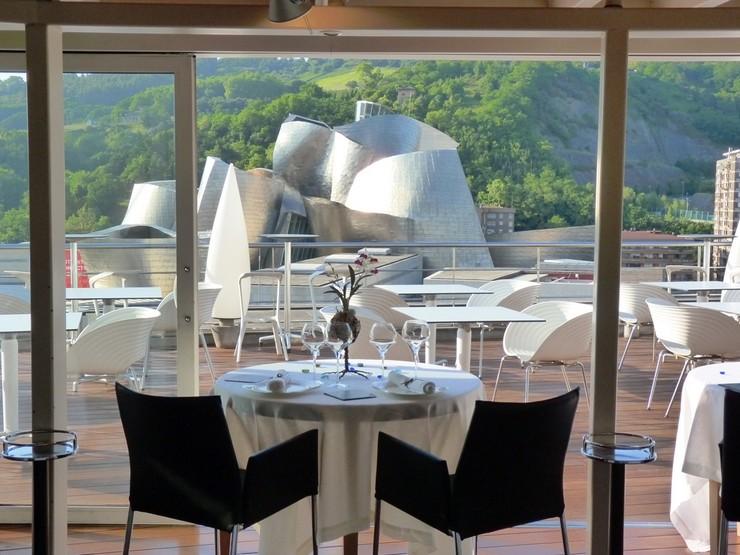 """""""El Hotel Silken Gran Domine Bilbao situado en la ciudad vasca Bilbao, ofrece un refugio cálido y confortable, ideal para parejas o viajes de negocio.""""  Diseño y vanguardia frente al museo Guggenheim silken gran domine bilbao 4"""