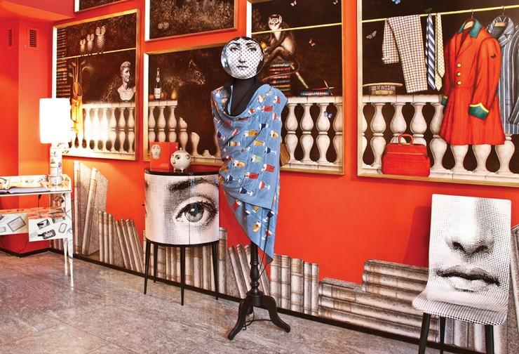 """""""Fornasetti creó más de 11.000 artículos, muchos de ellos con el rostro de una mujer, la soprano de ópera Lina Cavalieri, como un motivo""""  El diseñador Piero Fornasetti y la cara de la soprano Lina Cavalieri 151"""