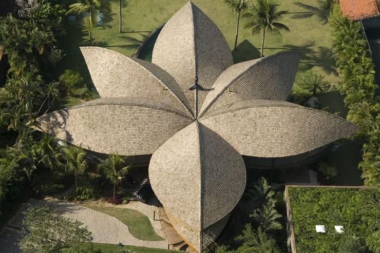 """""""Hoy repasamos algunas de las casas privadas más peculiares del planeta. En algunos casos se trata de ideas descabelladas de los propios dueños, en otros, sueños que han tenido los propios arquitectos."""" casas más peculiares Las 7 casas más peculiares del mundo casa de la hoja brasil"""