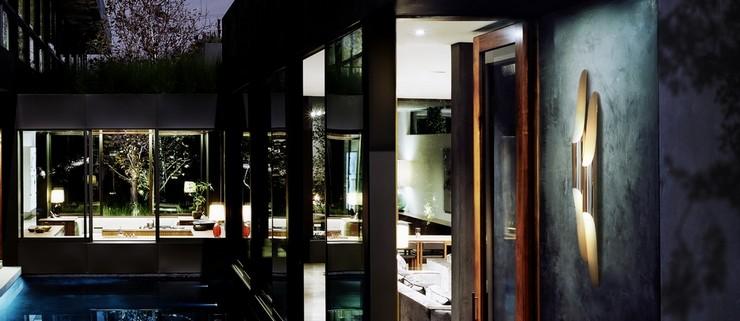 """""""La iluminación es una de las claves a tener en cuenta tanto en el diseño y decoración de interiores como de exteriores""""  Grandes ideas y alternativas de iluminación exterior coltrane wall"""