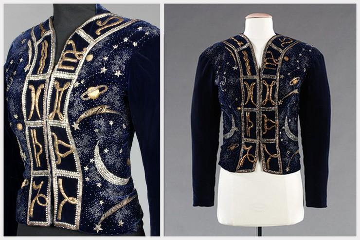 """""""La chaqueta del zodiaco de Elsa Schiaparelli es una espectacular chaqueta realizada en terciopelo azul noche y bordada por los fundadores de la Maison Lesage, Albert y Marie -Louise Lesage""""  El zodiaco, inspiración para las grandes firmas 9"""