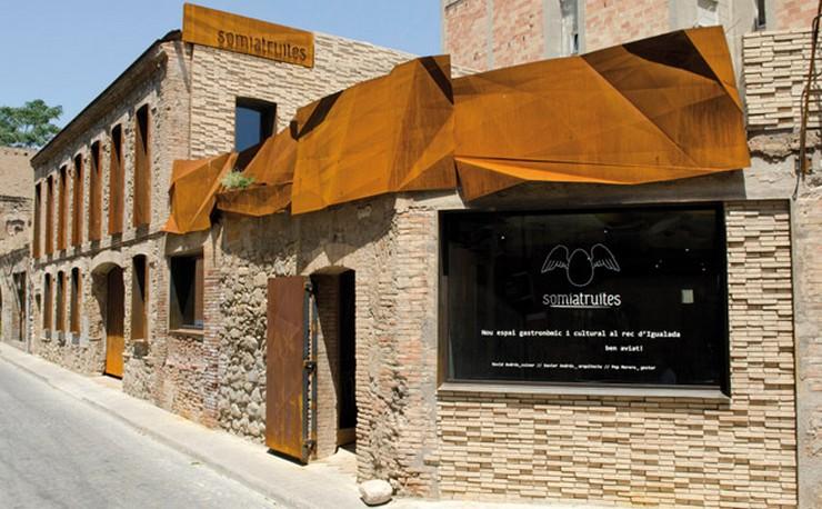 """""""El restaurante Somiatruites, en el barrio del Rec de Igualada, se ha transformado recientemente en un centro gastronómico y cultural diseñado por tres jóvenes.""""  Renovación del restaurante Somiatruites en Barcelona Rehabilitacion Restaurante Somiatruites Barcelona 2"""