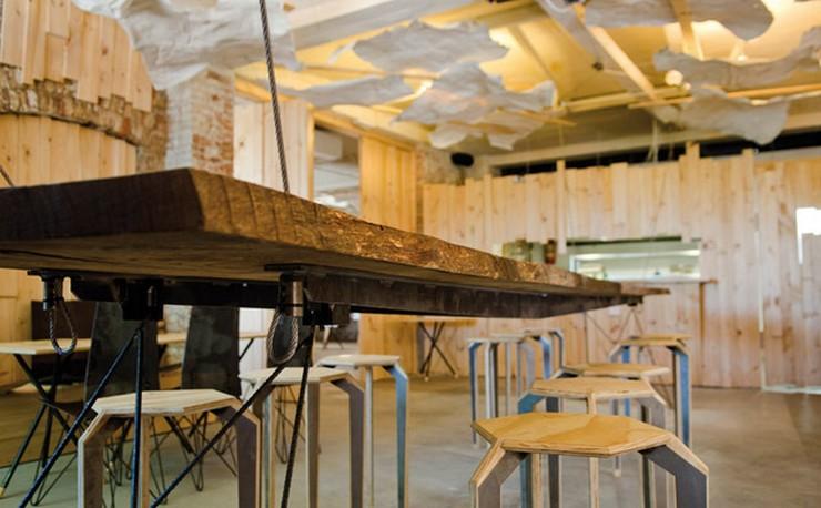 """""""El restaurante Somiatruites, en el barrio del Rec de Igualada, se ha transformado recientemente en un centro gastronómico y cultural diseñado por tres jóvenes.""""  Renovación del restaurante Somiatruites en Barcelona Rehabilitacion Restaurante Somiatruites Barcelona 3"""