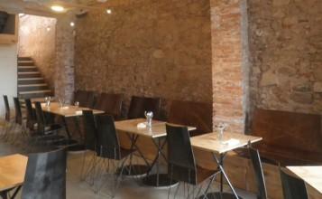 """""""El restaurante Somiatruites, en el barrio del Rec de Igualada, se ha transformado recientemente en un centro gastronómico y cultural diseñado por tres jóvenes.""""  Renovación del restaurante Somiatruites en Barcelona Restaurante Somiatruites en Barcelona 357x220"""