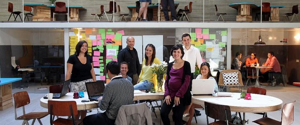 """""""Los clientes de este proyecto de ch+qs arquitectos fueron un grupo de jóvenes emprendedores que querían construir la sede de la red mundial THE HUB en Madrid; oficinas a tiempo compartido para emprendedores sociales, en las que se llevan a cabo proyectos de lo más variopinto que, básicamente, pretenden """"cambiar el mundo""""."""""""
