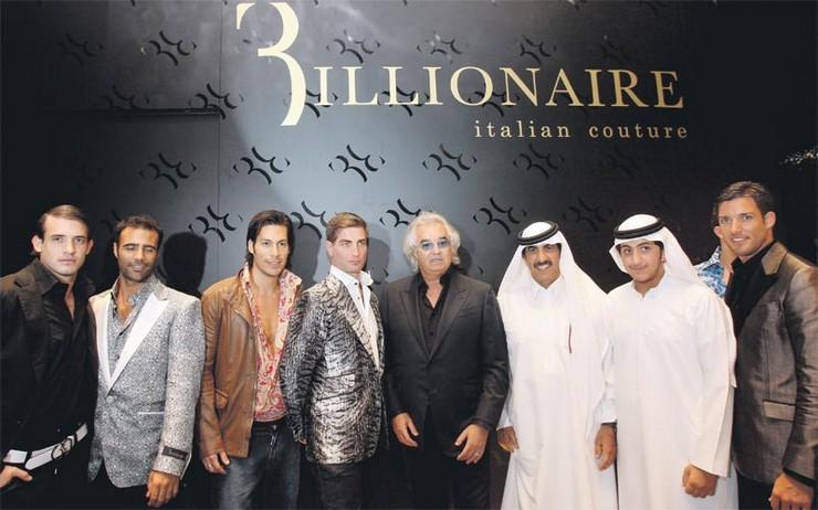 """""""Mohi-Din Bin Hendi, el tercero a la derecha, y el fundador de Billionaire Couture Flavio Briatore, el cuarto a la derecha, posan durante la inauguración de la tienda en Dubai.""""  Billionaire Italian Couture abre su 2ª tienda en Dubai emiratos"""