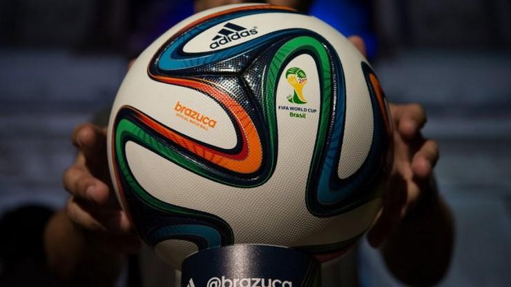 """""""Brazuca fue el nombre elegido para el balón oficial del Mundial de Fútbol Brasil 2014""""  Brasil decora sus calles para el Mundial de Fútbol 2014 0010437415"""