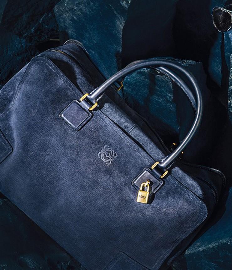 """""""Loewe experimenta un cambio de imagen: nuevo Bolso Loewe Amazona colección Indigo""""  Loewe experimenta un cambio de imagen Loewe Indigo Amazona Bag"""