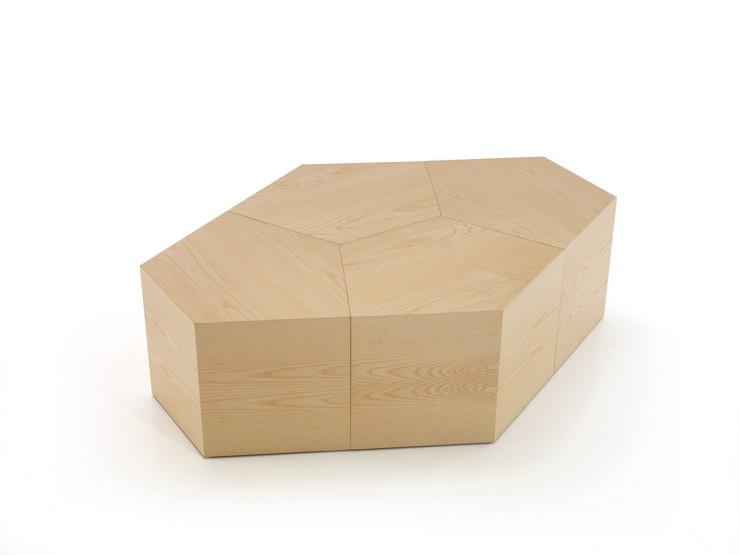 """""""Pent es la nueva mesa que DSIGNIO ha diseñado para Beltà. Se trata de un sistema modular formado por una pieza pentagonal que puede repetirse creando innumerables composiciones""""  Pent: la mesa puzzle diseñada por Dsignio para Beltà PENT BY DSIGNIO 1"""