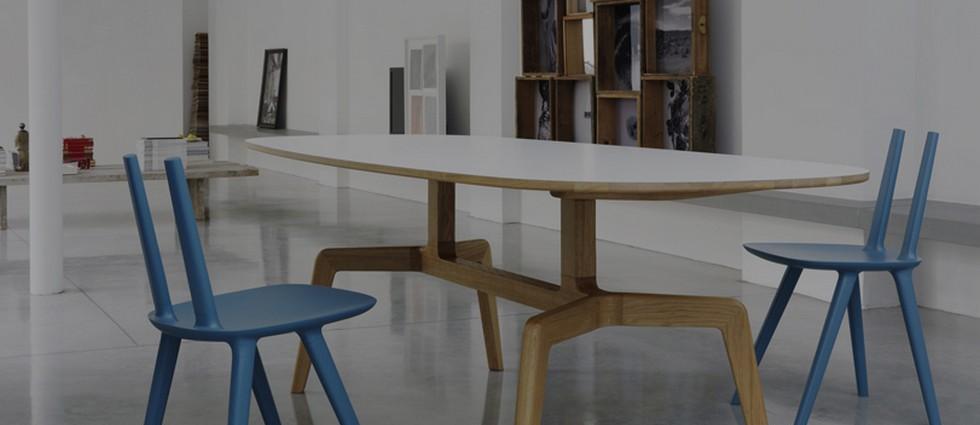 """""""El diseñador catalán Eugeni Quitllet ha creado la silla Tabu para la firma de diseño italiana Alias. Su ligereza visual, unido a sus líneas puras y bien definidas la hacen perfecta para cualquier tipo de ambiente."""""""