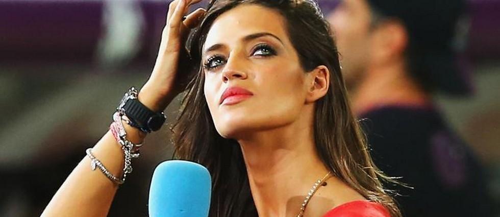 """""""¿Cuestión de moda o superstición? Supersticiosa o no, Sara Carbonero parece ser amiga de los amuletos. Esta vez, la periodista deportiva ha elegido las pulseras de Alex and Ani para animar a 'La Roja' en el Mundial."""""""