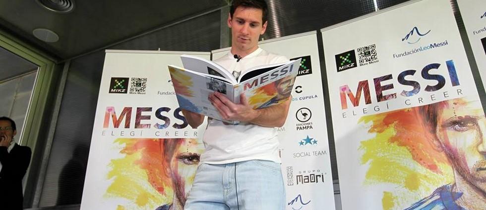 """""""'Elegí creer' es el lema de la Fundación que lleva su nombre y ahora también título de la obra solidaria que relata su historia a través de testimonios de quienes le han acompañado en su camino hacia lo más alto""""  """"Elegí Creer"""", el libro de la vida de Leo Messi portada31"""